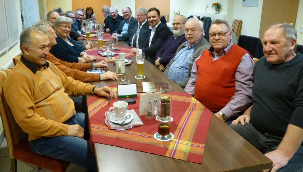 Die SPD-Ortsvereine im Mittleren Vilstal diskutierten aktuelle Themen: Darunter Hans Sarcher (2. Bürgermeister Vilsbiburg, 6.v.re), Dr. Bernd Vilsmeier (SPD-Kreisvorsitzender Dingolfing-Landau, 7.v.re.), Florian Huber (SPD-Landtagskandidat, 5.v.re.).