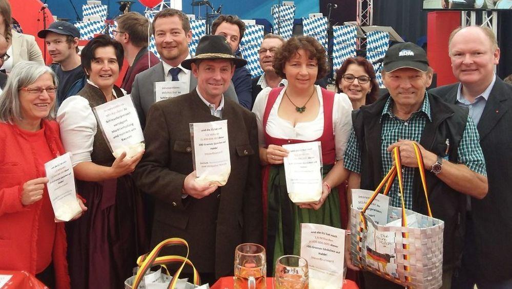 BDM-Kreisvorsitzender Sepp Ostner (2.v.re.) übergibt den Forderungskatalog zum Marktverantwortungsprogramm des BDM an die SPD-Mandatsträger: Johanna Werner-Muggendorfer MdL (li.), Maria Noichl MdEP(2.v.li.), Uli Grötsch MdB (3.v.li.), Ruth Müller MdL (4.v.re.), Anja König (3.v.re.), Bernd Vilsmeier (re.).