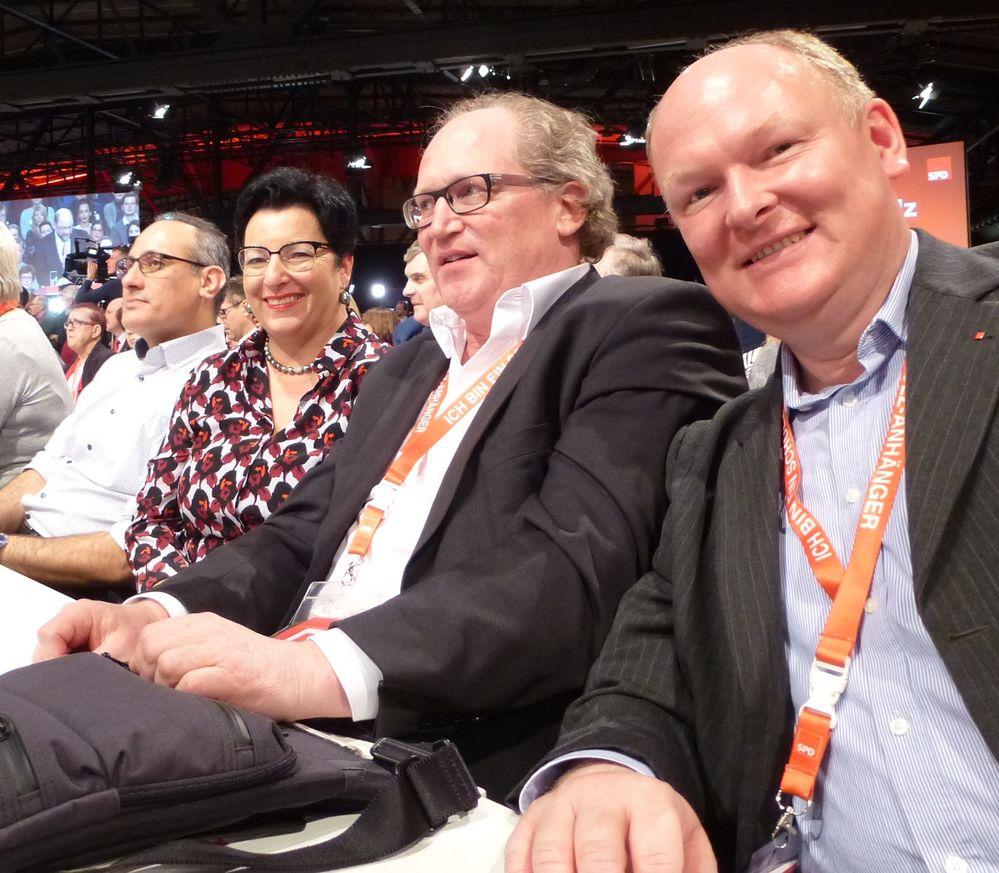 Die SPD-Delegierten aus den niederbayerischen und oberpfälzischen Vilstal stehen geschlossen hinter dem neuen SPD-Parteivorsitzenden und SPD-Kanzlerkandidaten Martin Schulz: (v.re.) Dr. Bernd Vilsmeier (Marklkofen-Steinberg), Dr. Armin Rüger, Birgit Fruth und Ismail Ertug MdEP (alle Amberg).