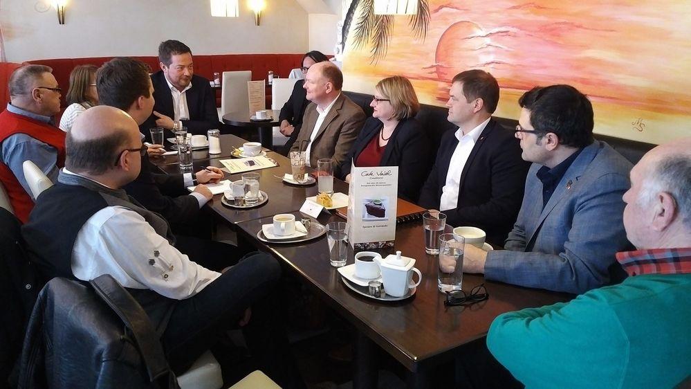 Die SPD-Landtagskandidaten Bettina Blöhm (REG, 4.v.re.), Dr. Bernd Vilsmeier (DEG, 5.v.re), Florian Huber (DGF, 4.v.li) und Robert Kröll (DEG, 2.v.li.) zusammen mit SPD-Generalsekretär Uli Grötsch MdB (5.v.li.)im Gespräch mit dem niederbayerischen DGB-Regionsgeschäftsführer Andreas Schmal (3.v.re.) und aus den DGB-Kreisverbänden Deggendorf, Dingolfing-Landau und Regen.