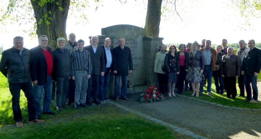 Viele Bürgerinnen und Bürger besuchten die Gedenkfeier des SPD-Kreisverbandes und gedachten den Opfern von Krieg, Terror und Unmenschlichkeit an der Gedenkstätte der Opfer des KZ-Außenlagers Ganacker-Erlau bei der Wallersdorfer Sebastianikirche.