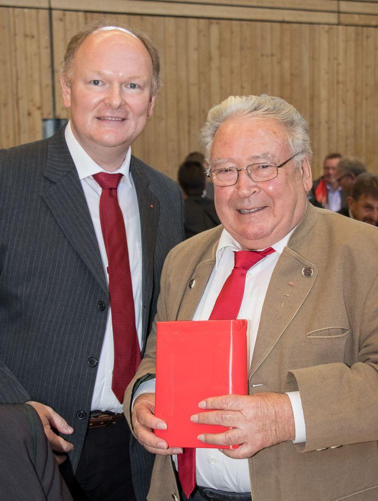SPD-Kreisvorsitzender Dr. Bernd Vilsmeier dem ehemaligen SPD-Bezirksgeschäftsführer Franz Wagner (re.)