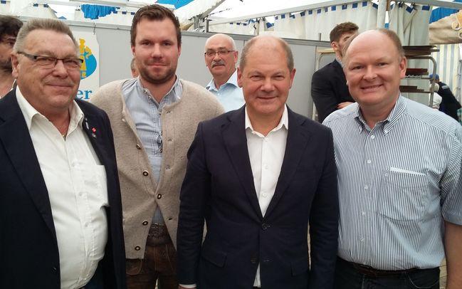 Die SPD-Kreisvorstandsmitglieder aus Dingolfing-Landau (v.li.) Hugo Steiner, Florian Huber und Dr. Bernd Vilsmeier trafen den 1. Bürgermeister der Freien und Hansestadt Hamburg Olaf Scholz (mi.) beim diesjährigen Gillamoos in Abensberg.