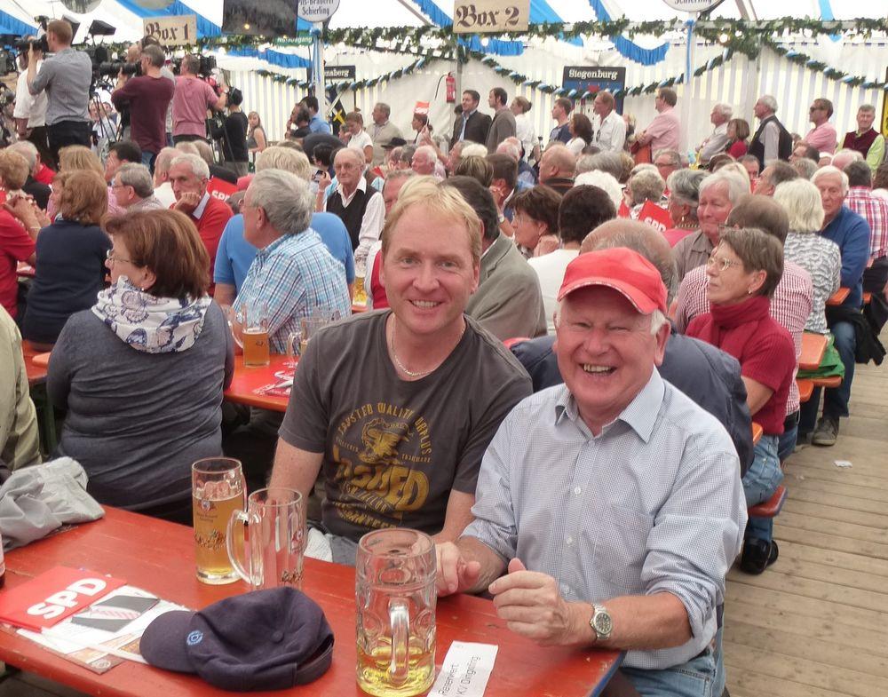 Viele SPD-Mitglieder und Bürgerinnen und Bürger aus Dingolfing-Landau besuchten Martin Schulz im Jungbräuzelt am diesjährigen Gillamoos in Abensberg.