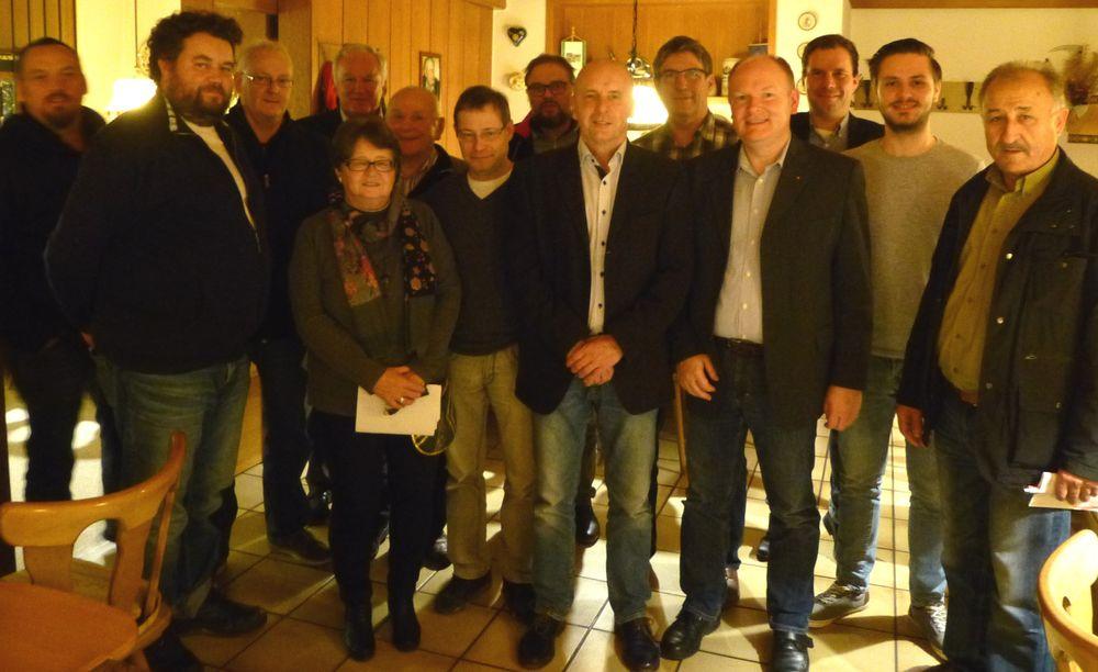 Die SPD-Kreisvorstandschaften Dingolfing-Landau und Deggendorf mit ihren Vorsitzenden Dr. Bernd Vilsmeier (4.v.re.) und Ewald Strasser (6.v.re.) tauschten sich aus.