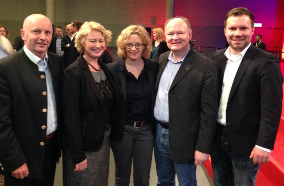 Die SPD-Delegierten aus den Landkreisen Dingolfing-Landau und Deggendorf gratulierten SPD-Landesvorsitzender Natascha Kohnen zum klaren Votum zur SPD-Spitzenkandidatur: (v.li.) Ewald Straßer, Rita Hagl-Kehl MdB, Natascha Kohnen MdL, Dr. Bernd Vilsmeier und Florian Huber.