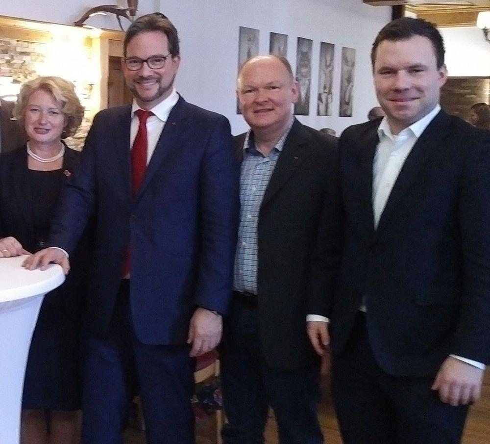 Im Namen des SPD-Kreisverbandes Dingolfing-Landau gratulierten der SPD-Kreisvorsitzende Dr. Bernd Vilsmeier (2.v.re) und sein Stellvertreter Florian Huber (re.) sehr herzlich Rita Hagl-Kehl MdB (li.) und Florian Pronold MdB (2.v.li) zur Ernennung zu Parlamentarischen Staatssekretären in der neuen Bundesregierung in Berlin.