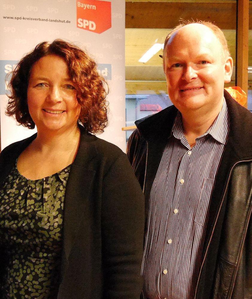 Ruth Müller MdL und SPD-Kreisrat Dr. Bernd Vilsmeier fordern eine stärkere Förderung der Schülerbeförderung durch die bayerische Staatsregierung.