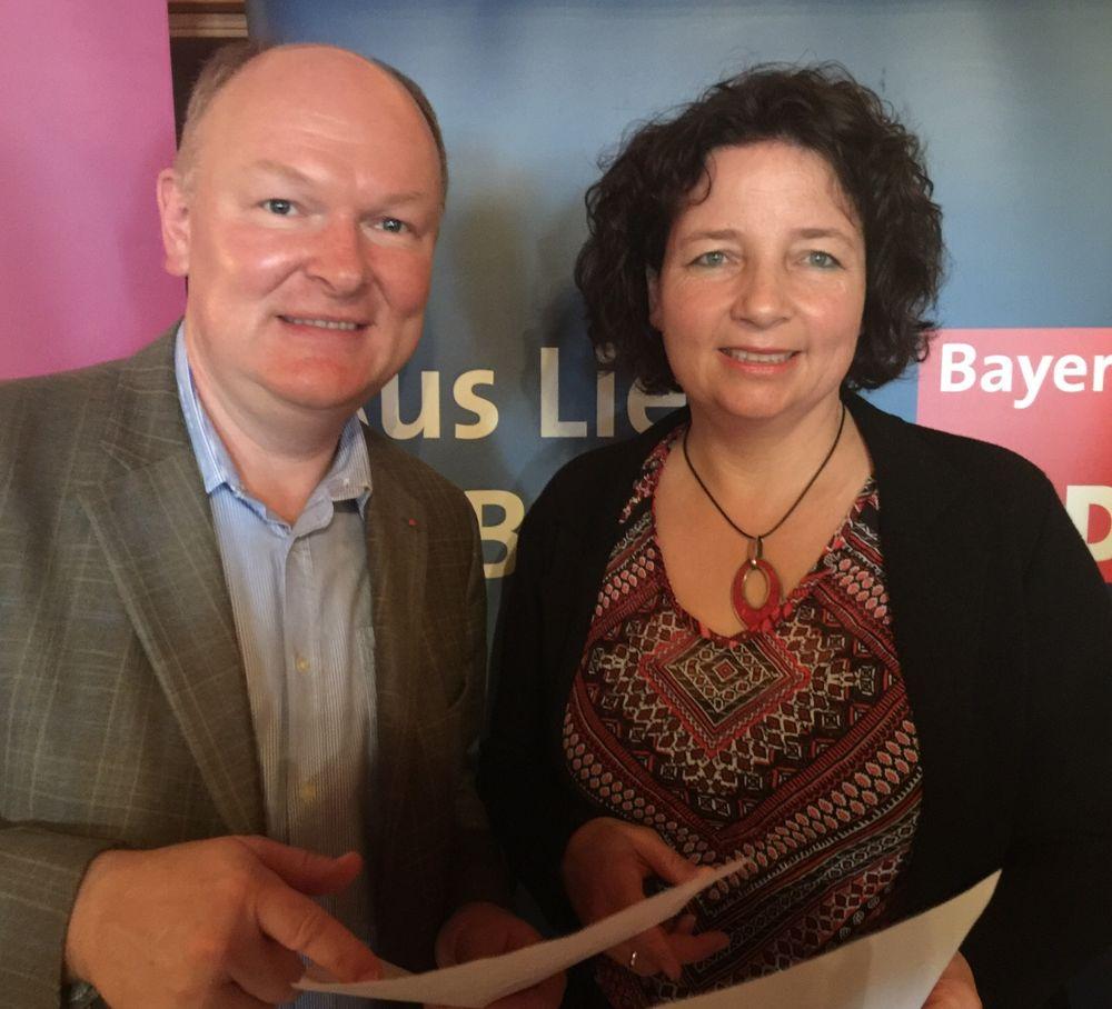Ruth Müller MdL (re.) und Kreisrat Dr. Bernd Vilsmeier (li.) fordern mehr Engagement von der Staatsregierung für mehr gleichmäßige Entwicklung im Bayern zur sorgen.