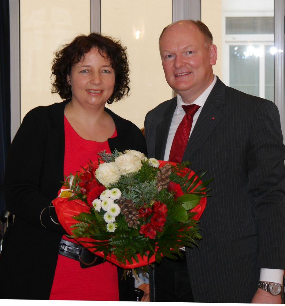 Der SPD-Kreisvorsitzende von Dingolfing-Landau und Versammlungsleiter Dr. Bernd Vilsmeier gratulierte Ruth Müller MdL zum einstimmigen Votum.