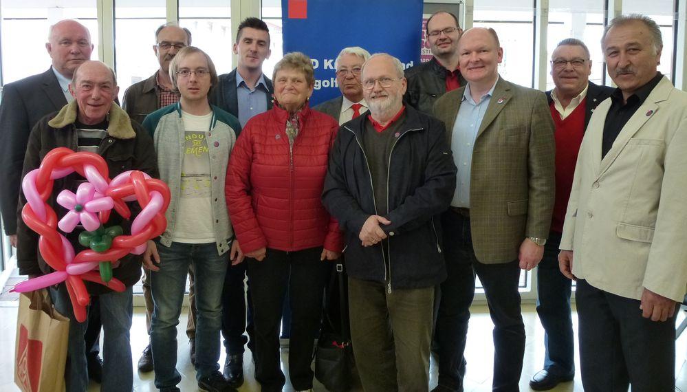 Der DGB-Kreisvorsitzende Manuel Wagner (5.v.li.) freute sich über die aktive Beteiligung des SPD-Kreisverbandes Dingolfing-Landau mit Vorsitzendem Dr. Bernd Vilsmeier (3.re.) und Landrat Heinrich Trapp (li.) bei der DGB-Maifeier in Dingolfing.