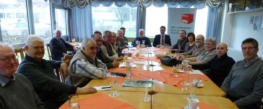 Die SPD-Kreisverbände Dingolfing-Landau und Rottal-Inn trafen sich in der Sportgaststätte in Eggenfelden und diskutierten die aktuelle Politik: Darunter Parlamentarischer Staatssekretär Florian Pronold MdB (mi.) und SPD-Kreisvorsitzender Dr. Bernd Vilsmeier (8.v.li.).