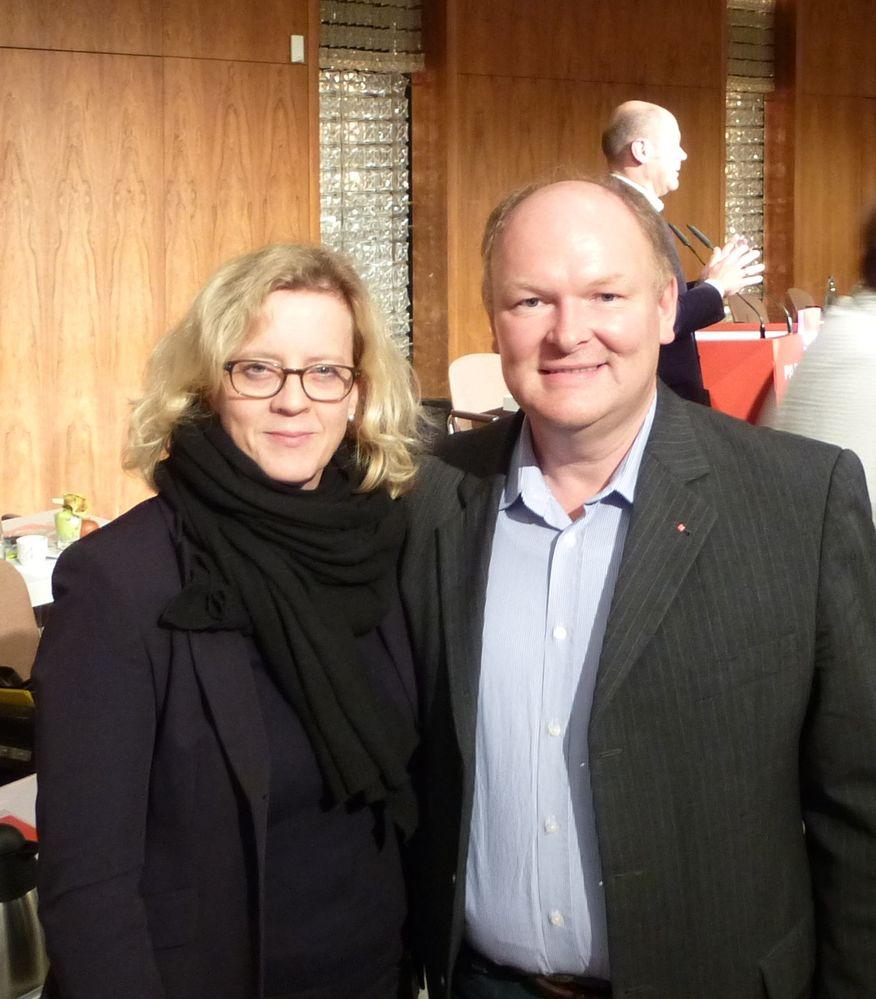 Die bayerische SPD-Generalsekretärin Natascha Kohnen (re.) und der SPD-Kreisvorsitzende Dr. Bernd Vilsmeier (li.) sehen noch viel Nachbesserungsbedarf beim CETA-Abkommen.